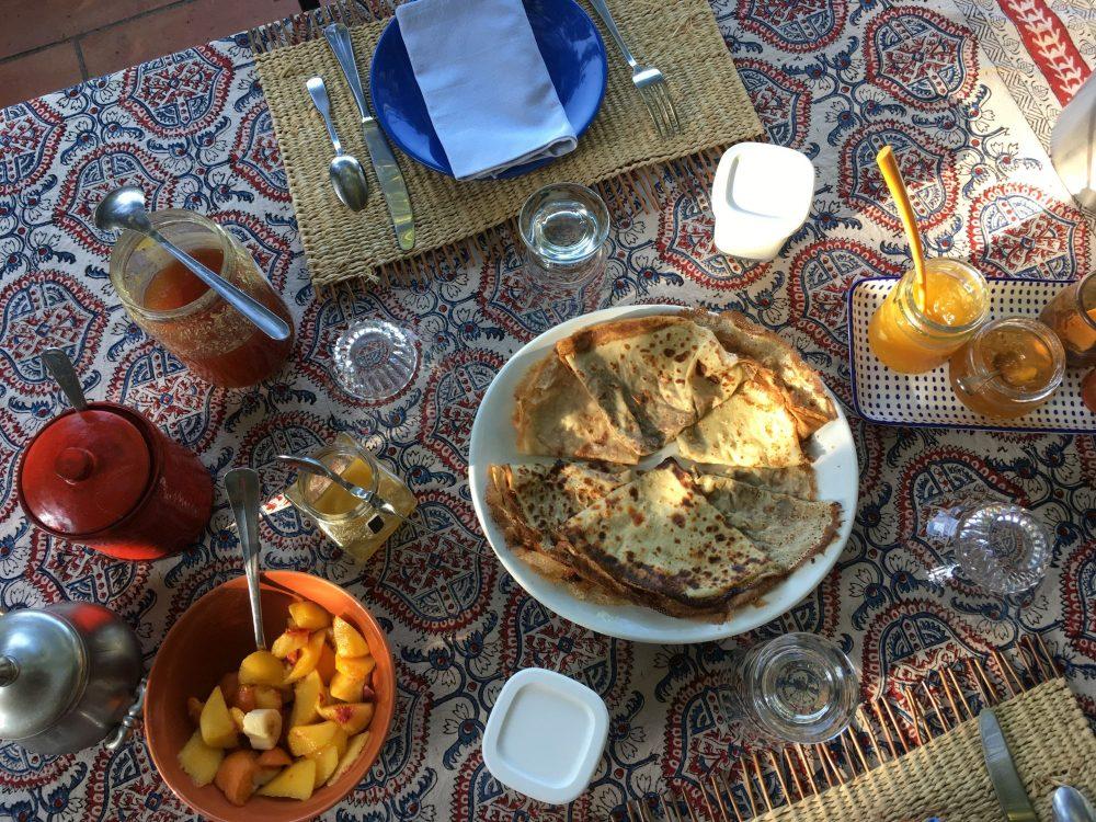 Petit-déjeuner sous la tonnelle