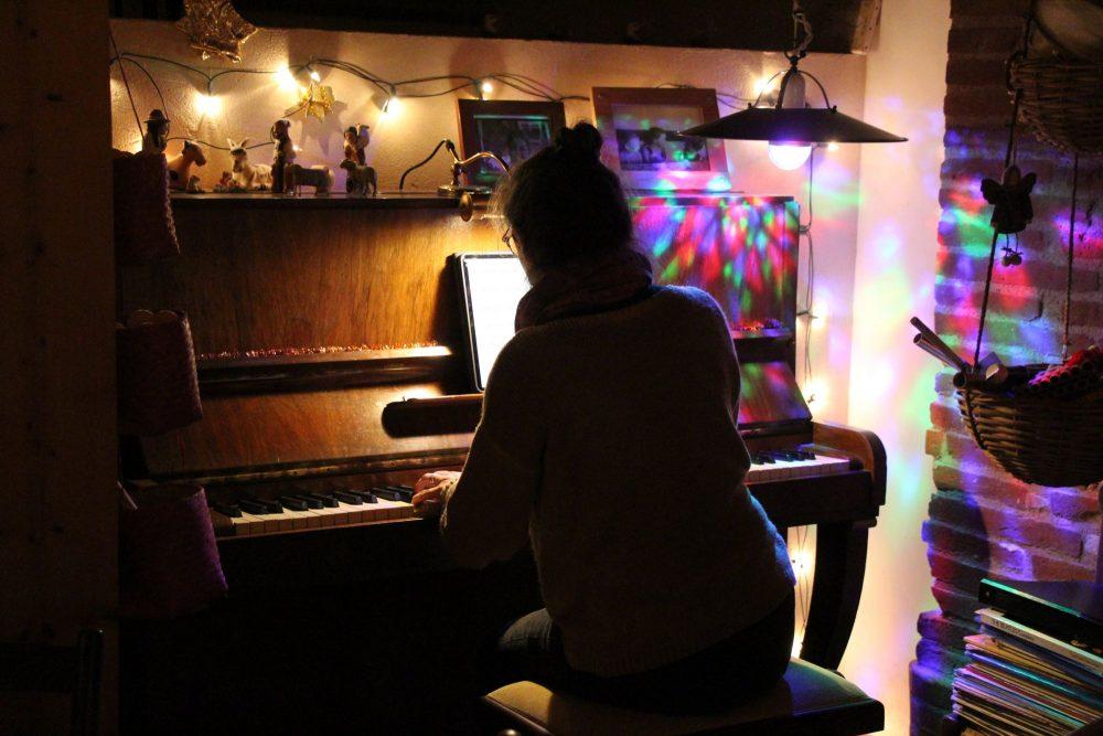 Une hôte au piano