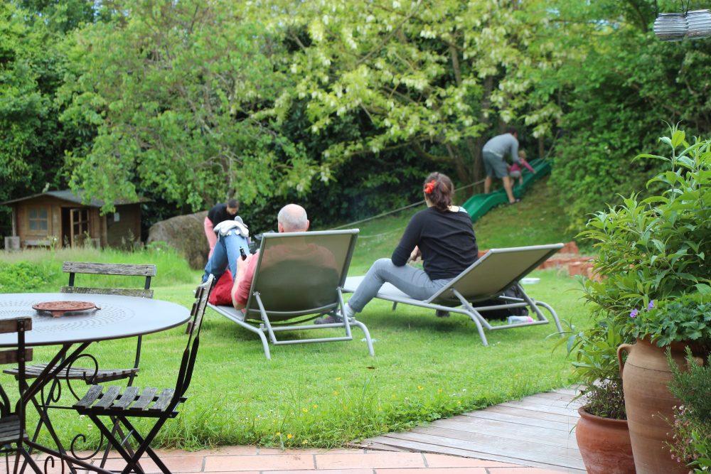 Tribu dans le jardin